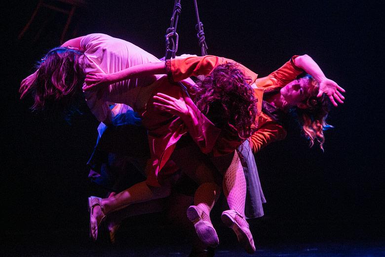 obra de teatro de danza aerea con arnes