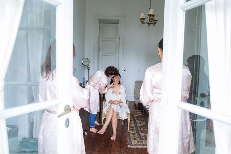 Carolina Vieira maquillando novia