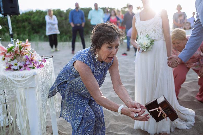 foto divertida de casamiento en la playa