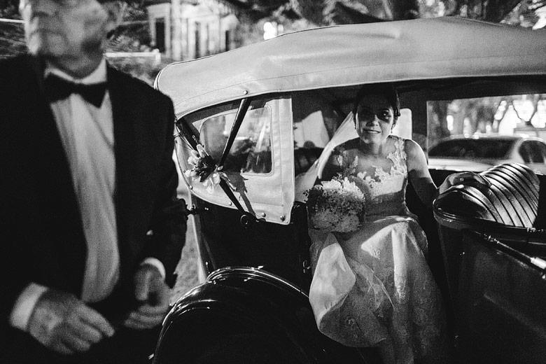 novia en auto antiguo