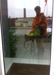 dans la pluie, dessous impermeable :)