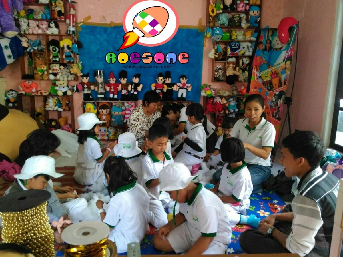 Praktik Membuat Boneka di Rumah Produksi RoesOne Craft