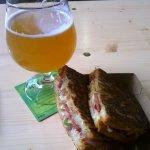 Grilled Cheese Sandwich og en hefe i et forkert glas