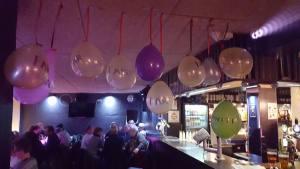 Røv og Klits ene kugle, her repræsenteret af en enkelt lilla ballon i et hav af Far-balloner