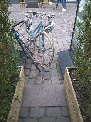 Typisk cykelparkering ved indgangen til Føfood i Guldsmedgade
