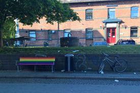 Selvfølgelig står der en regnbuebænk ved hipsterhøjen :-)