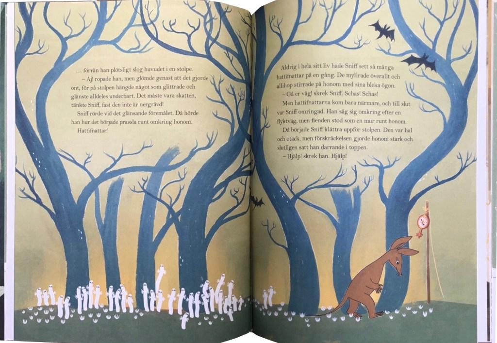 Ett uppslag ur boken, med hattifnattarna och Sniff. ©Bonnier/Carlsen