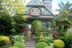 Queen Anne style of architecture is very popular in Seattle, and Roguetrippers made sure to include a trip to the Queen Anne neighbourhood in their visit in May 2015.