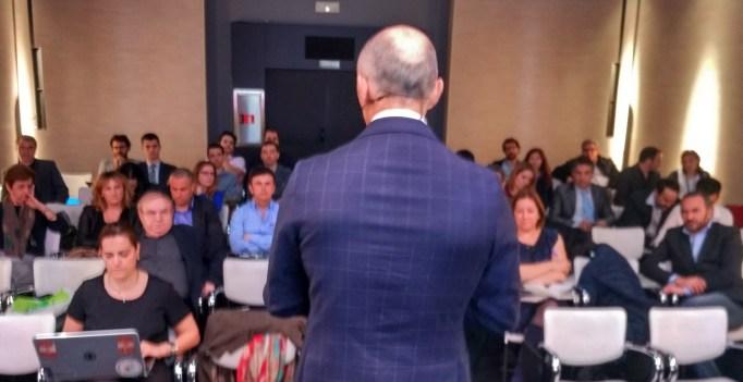 Étienne Bertrand, presentando Watson IBM en España, un sistema inteligencia artificial diseñado para absorber big data y devolver decisiones en salud.