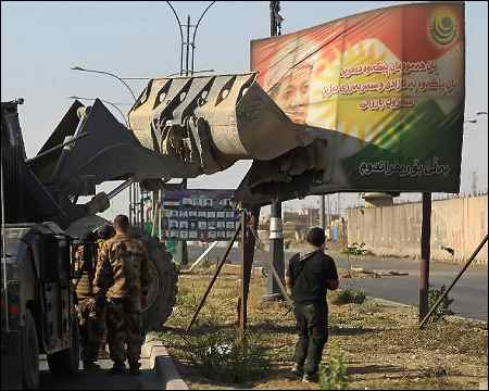 Iraqi-forces-remove-poster-Massoud-Barzani-Kirkuk-Oct-16-2017-afp