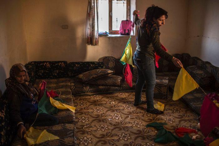 Mujeres de la comuna de Jinwar preparando los decorados para el Día de la Mujer en la sala de la casa comunal. Por JM Lopez