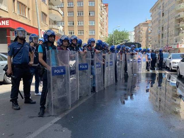 Diyarbakir: malgré la répression, la population continue à manifester pour dénoncer la destitution de ses élus.