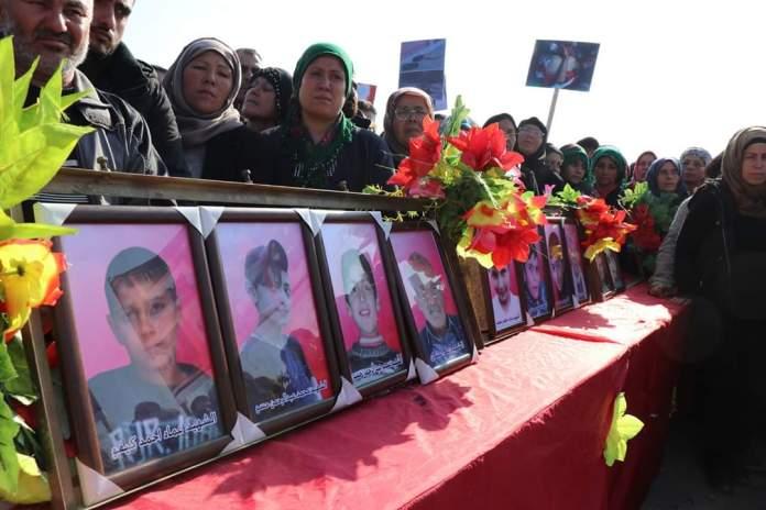 Des milliers de personnes aux funérailles des victimes du massacre de Tall Rifaat