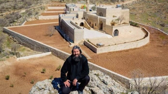 Accusé de soutien au PKK, un prêtre syriaque a été placé en détention à Mardin.