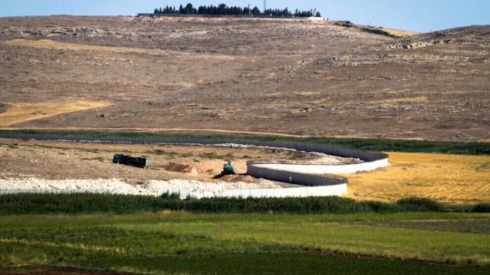 La Turquie construit des murs au Rojava, dans le nord de la Syrie, annexant des villages dans la zone frontalière.