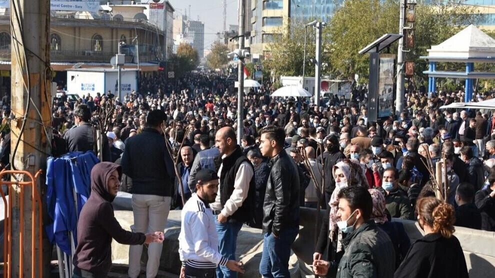 À Sulaymaniyah, les protestations contre la crise économique et le non-paiement des salaires des enseignants se poursuivent. Bien que la police ait attaqué les manifestants avec des gaz lacrymogènes et des matraques, les protestations se poursuivent.