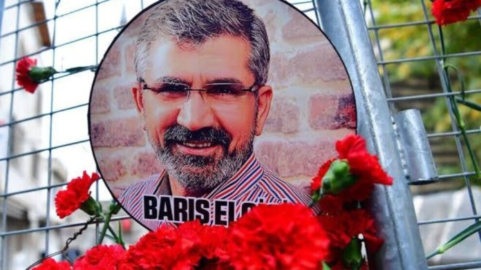 À l'approche du procès sur le meurtre de l'avocat kurde Tahir Elçi prévu le 3 mars, le groupe anglais Forensic Architecture, spécialisé dans la recherche sur les violations des droits humains, a réfuté l'allégation du régime turc selon laquelle l'ancien bâtonnier de Diyarbakir, a été tué par le PKK. Il a affirmé au contraire que l'avocat avait été abattu par un officier de police.
