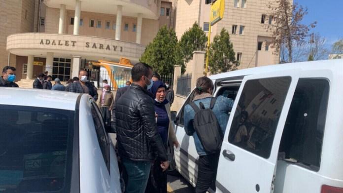 Emine et Ferit Şenyaşar ont été arrêtés ce matin devant le palais de justice d'Urfa. La mère et le fils mènent une veille pour la justice depuis 22 jours. Le 14 juin 2018, un crime grave s'est produit pendant la campagne électorale dans la ville kurde de Suruç, au nord du pays.