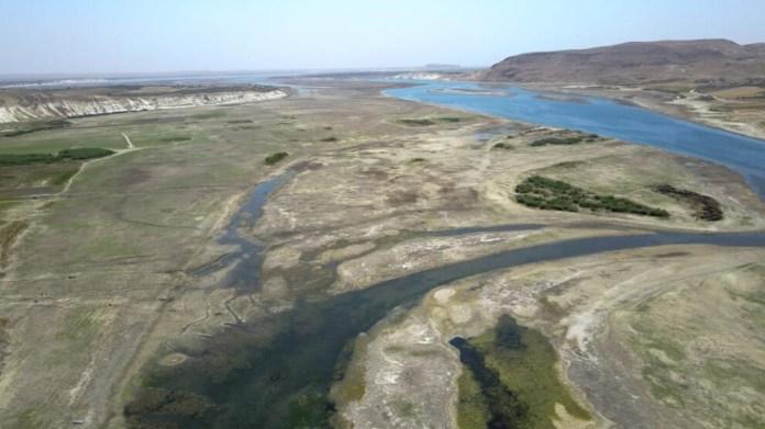 La Turquie continue d'abaisser le niveau d'eau de l'Euphrate. Une photo de la rivière révèle l'étendue du danger. Dans le cadre de l'accord signé entre Damas, Bagdad et Ankara en 1987, ce dernier doit libérer 500 mètres cubes d'eau par seconde sur l'Euphrate. Cependant, l'Etat turc viole cet accord international. La photo prise par un journaliste de l'agence de presse kurde Hawarnews (ANHA) montre l'ampleur du danger.