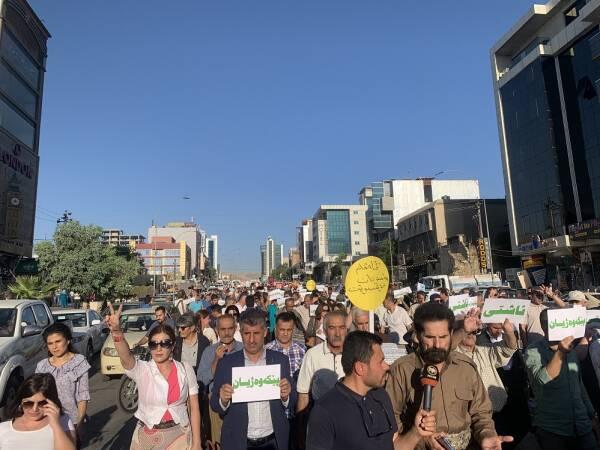 Des artistes et des organisations ont protesté jeudi à Sulaymaniyah, pour exiger la fin des opérations d'invasion de la Turquie
