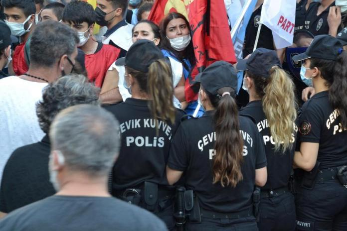 La police turque a attaqué la commémoration des victimes du massacre de Suruc, organisée au parc Inönü à Adana. 19 jeunes ont été victimes de violences policières et placés en détention.
