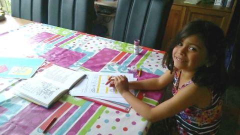Yulia maakt de werkbladen