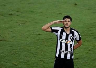 Botafogo faz dois de escanteio, vence o Corinthians e anima o Brasileiro