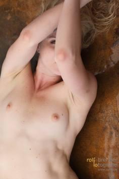Akt mit Frau auf nassem Kupferblech