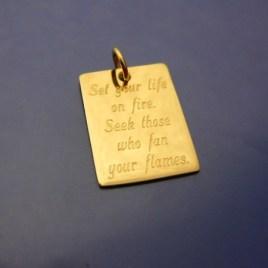 Roliga smycken, Guldbricka 18 karat med gravyr
