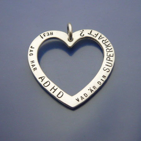 Adhdsmycke, silverhjärta med handstansad text.