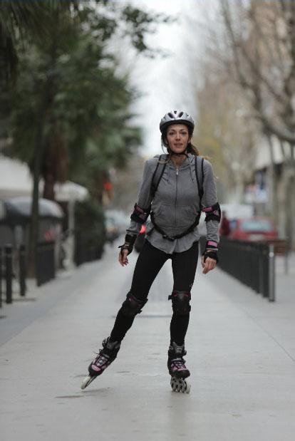 девушка на роликах Rollerblade