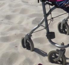 Schmaler Rollator mit kleinen Rädern