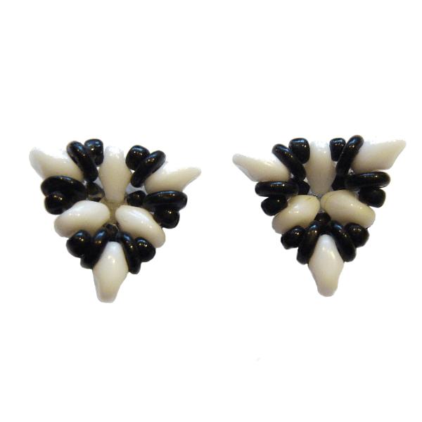 Ohrringe in Dreiecksform in Schwarz und Weiß