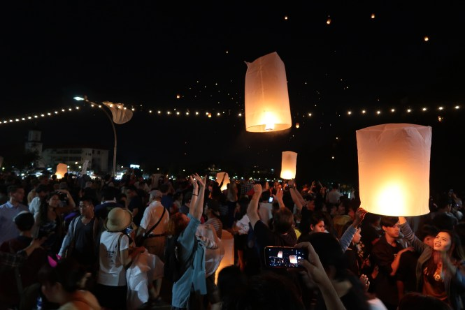 Lanterns-on-nawarat-bridge-in-chiang-mai
