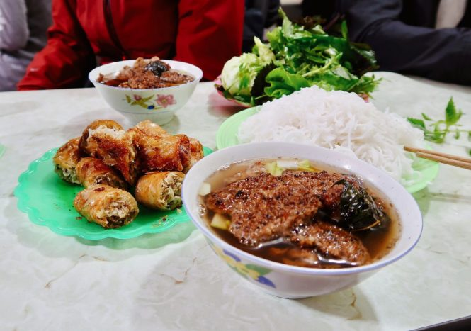 Bowl-of-bun-cha-with-spring-rolls