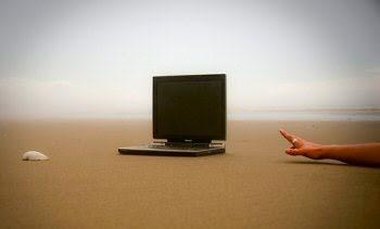 digital-detox-holiday-computer-beach