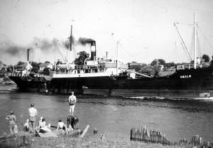 """På 1950-tallet var det en livlig båttrafikk på Glomma. Wilh. Wilhelmsen-, og Fred Olsen-båter var et daglig syn. Torp bruk hadde stadig besøk av engelske båter som hentet propps til gruveindustrien. """"Oter"""" slepte tømmer til fabrikken fra Eidet i Tune. Antagelig ble propps fremstilt på Torp. Teglverks- og sagbruksindustrien var mer eller mindre nedlagt, så jaktene var ute av bildet."""