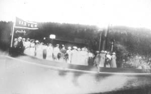 """Vister var aktiv i tømmeret fra Eidet. Slepebåtene hadde også sosiale oppgaver. På søndagskvelden møtte folk opp på bryggene for å se """"løstbåtane"""" vende hjem etter tur i skjærgården, eller som her fra Lystfjellet ved Visterflo. Slepebåtene tok enten turistene om bord i båten, eller de trakk prammer med folk. Dette var tidens chartertrafikk først på 1900-tallet."""