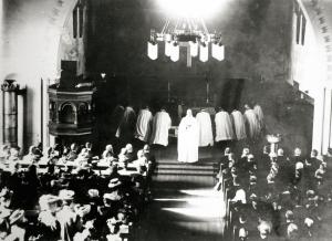 Bildet er fra innvielsen av Rolvsøy kirke. Kirken hadde sitteplass for 575 personer.