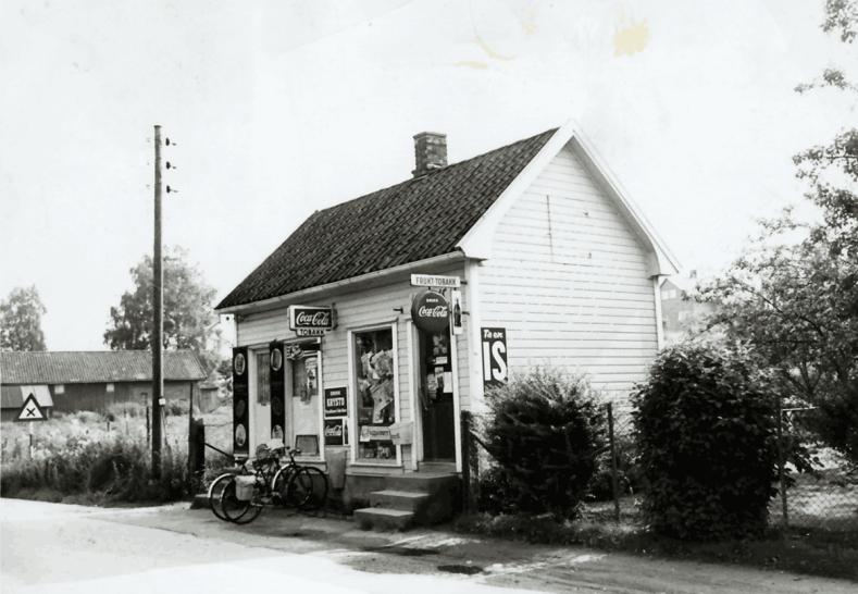 På et tidligere bilde så vi kiosken til Paula Harlem, som lå like inntil broa. Senere anla svogeren Konrad Harlem butikk i Soliveien. Fra 1946 overtok                    <div class=