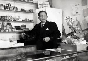 Paula Harlem hadde handelsbrev, og var ansvarlig for driften av kiosken Pomona. Ektemannen Frits hadde annet arbeid, men hjalp til etter arbeidstid. Da han døde 1965 gikk datteren Kari inn i driften, sammen med moren.