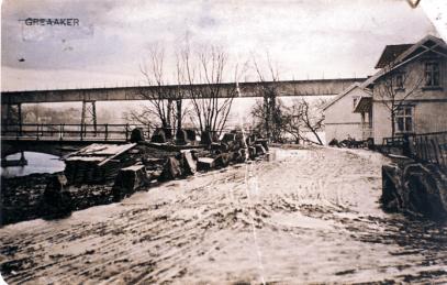 Smeden Syver Bjørnstad fra Tune bodde strategisk til like ved veien ved brohodet. Stenbrygga lå like ved veikanten til venstre. Det kunne komme opptil 50 hestetransporter om dagen med sten fra bruddene i Hatten. (ØFB)