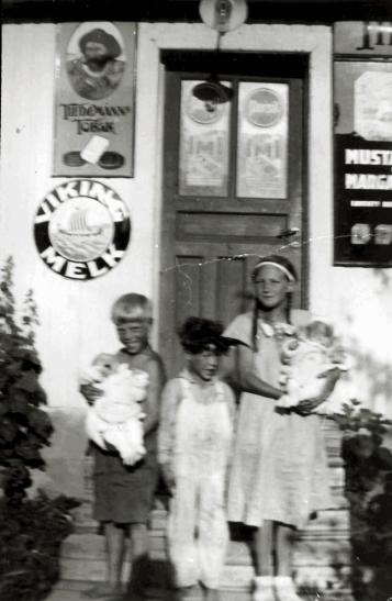 Thekla Hansens butikk. Harald (1925), Erling (1928), Harriet (1924) og May og Bjørg (1934).