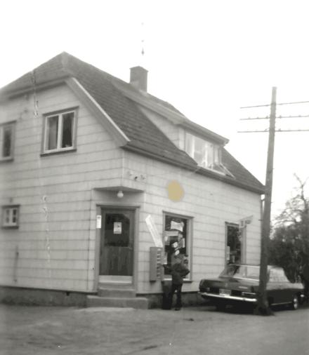 Karl Oskar og Pauline Bakker drev Rolvsøy Handelsforretning i Kirkeveien 15.
