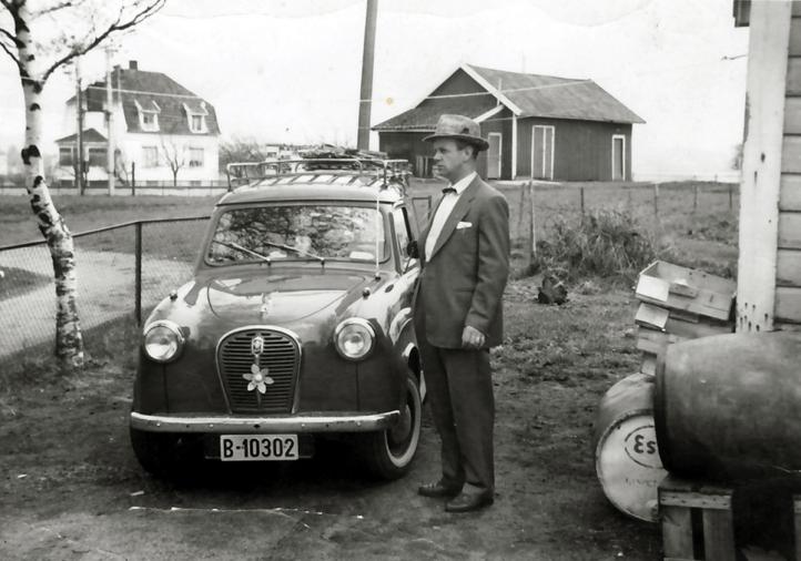 Hans Bakker med Austin A 30, 17. mai 1956. han kunne kjøpe seg bil etter å ha blitt kommisjonær for Norsk Tipping.