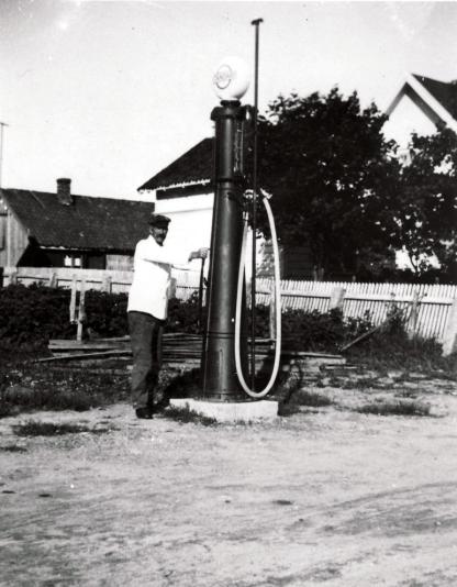 Kjøpmann Marius Martinsen ved bensinpumpen
