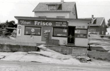 Kiosken til Erland under glanstiden i 50-årene. Da fikk tobakksreklamen for Frisco en fremtredende plass. I den søndre enden hvor det er vindu underholdt kundene seg med spill og aktiviteter