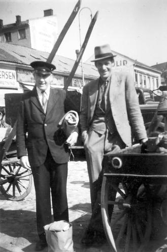 Arne Ramsjø og Lorang Syversen på Fredrikstad torv rundt 1950. Lorang var opprinnelig politimann. Lørdag og søndag var han på plass for å ordne køen med barn til 5-forestillingen ved Røde Mølle. Han huskes der han ledet barnetoget 17. mai i Glemmen. Som pensjonist ble han torvkontrollør. Det innebar at han rapporterte omsetningen til myndighetene.