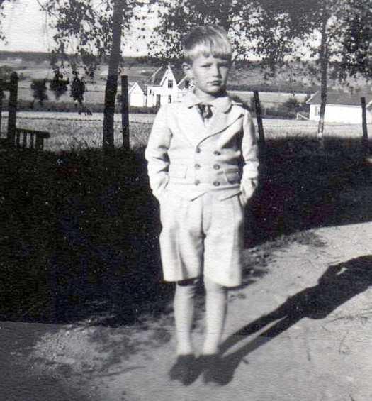 Torbjørn Gundrosen (1931) skal få representere de mange initiativrike barna som skaffet lommepenger ved torvhandel. Torbjørn plukket prestekraver og lavet sirlige buketter. Med en fullpakket pappeske på bagasjebrettet tråkket han av sted fra Rostadli til Fredrikstad torv. Fotograf ukjent.