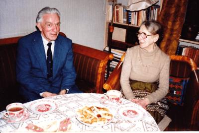 """Erling Johannessen var født i 1914 og var av dem som møtte """"de harde tredveåra"""" da han skulle ut i arbeidslivet. En periode drev han med fiskesalg, men mange husker ham best som """"Erling postbud"""" der han syklet rundt med post på søndre Rolvsøy. Erling var i mange år en drivende kraft ved bedehuset """"Elim"""". Han er her fotografert etter et intervju i 1982, sammen med Dagmar Holmen. Foto: Birgit Kristine Holmen."""